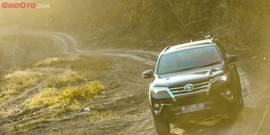 Toyota Fortuner VRZ 4x4 di akses menuju Pantai Kondang Merak