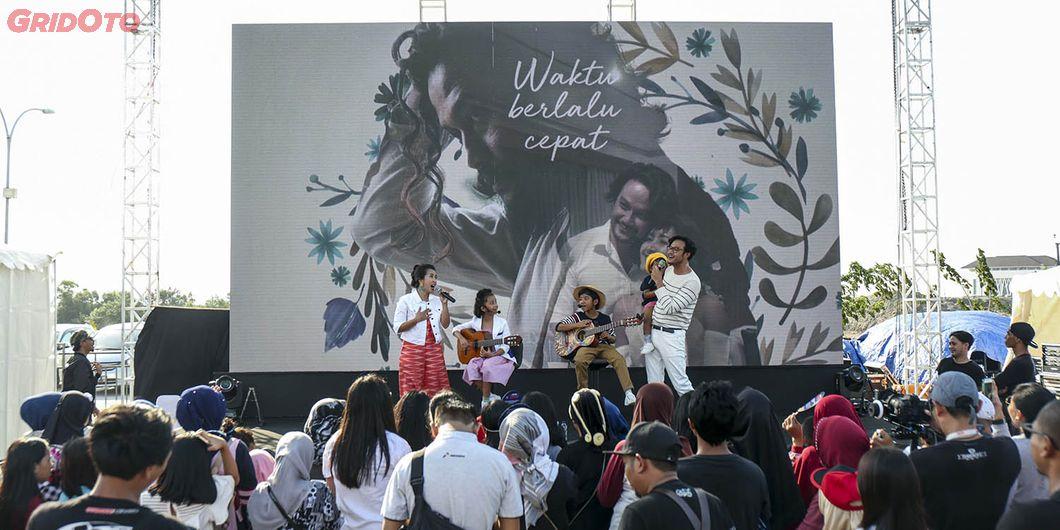 Keluarga Sasono saat perform di Tons of Real Happiness di Makassar. Photo: Gugum Gumilar