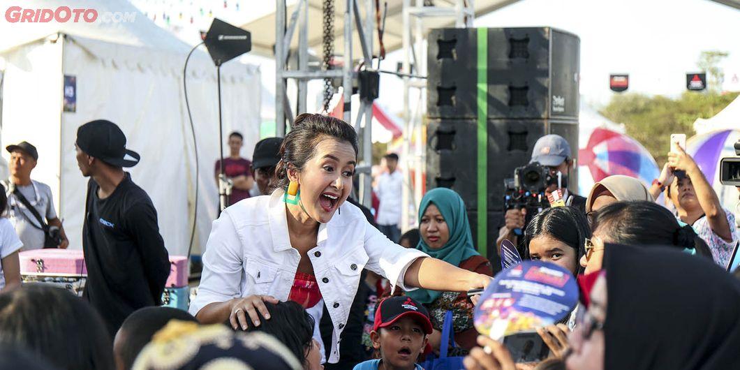 Widi Mulia, keluarga Sasono saat perform di Tons of Real Happiness di Makassar. Photo: Gugum Gumilar