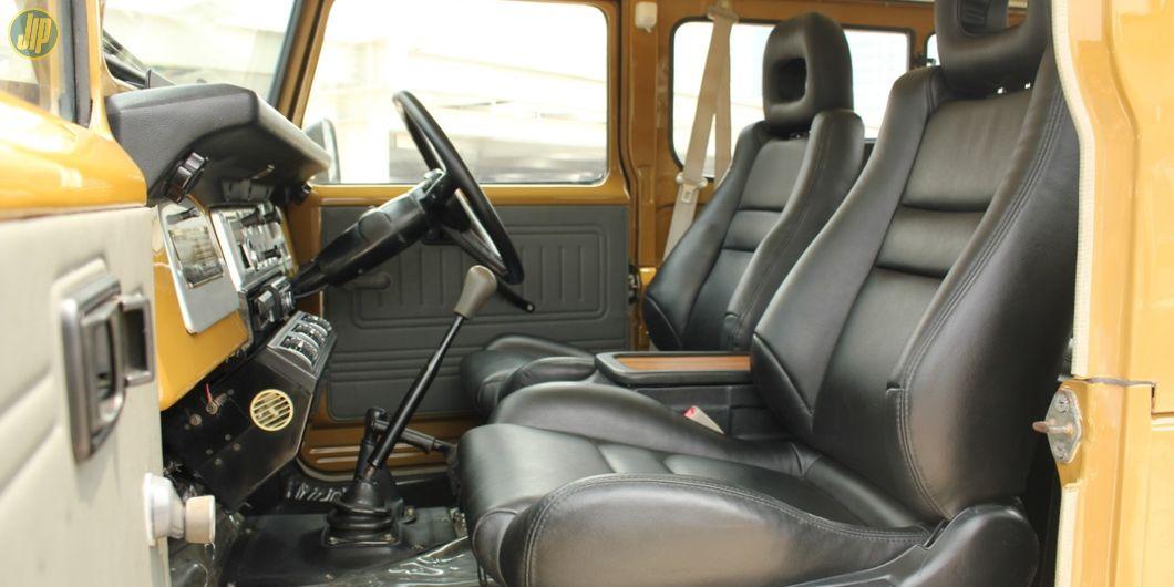 Pakai jok sedan dan dibalut kulit, mewah dan nyaman