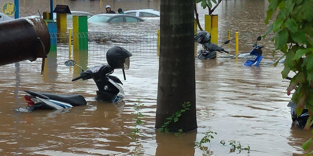 Terlihat Honda Beat, Honda Vario, dan Honda Revo ikut terendam banjir di pool Bluebird Kramat Jati,