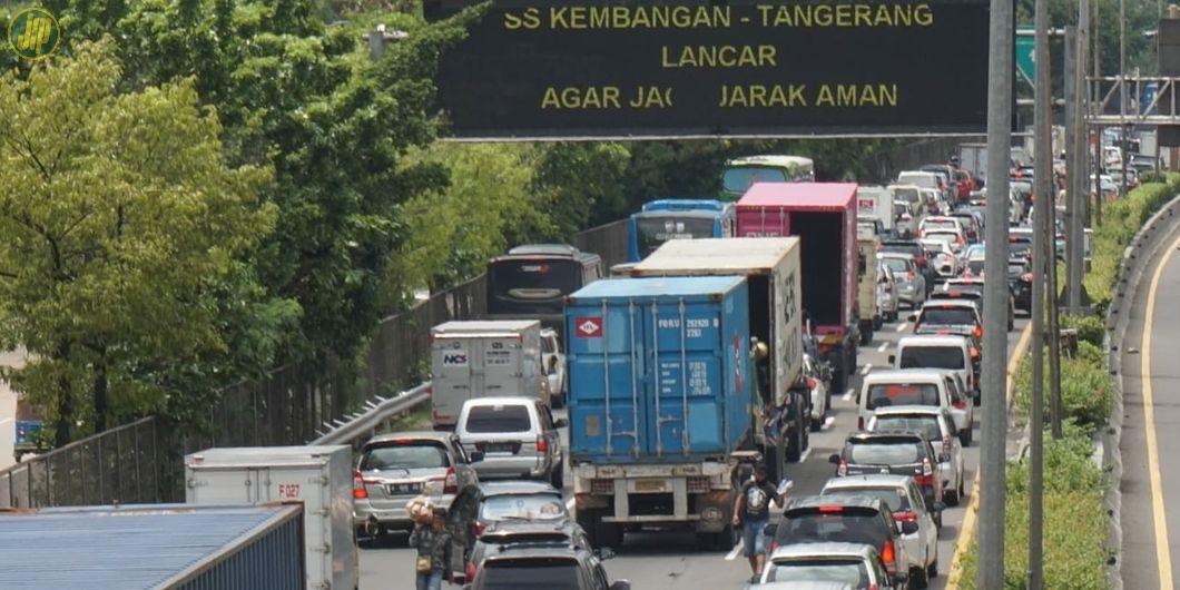 Kemacetan tak terhindarkan di ruas tol Jakarta-Merak akibat banjir yang menggenangi ruas tol Kebon J