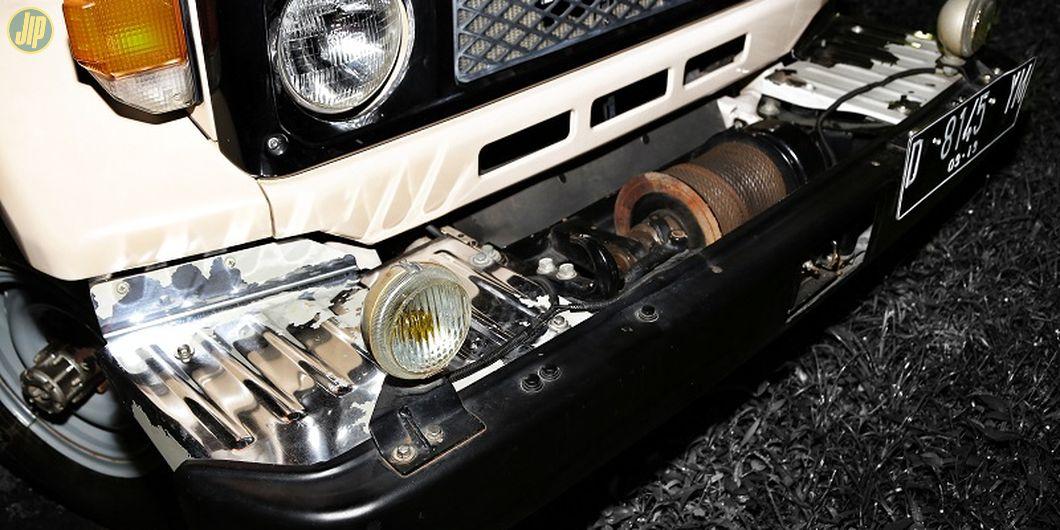 Sebuah winch power take off (PTO) asli optional jip ini nampak terpasang di bagian depan