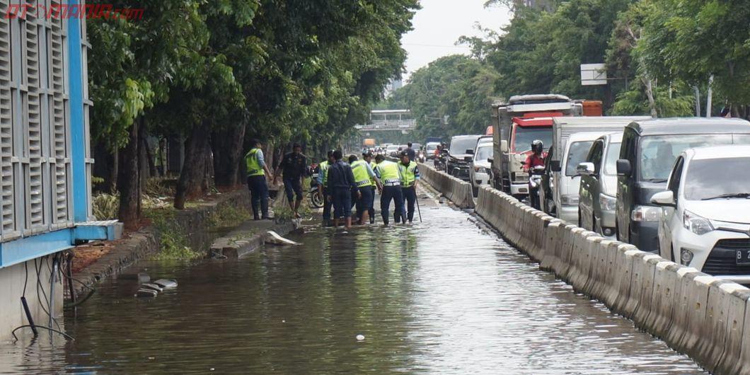 Genangan Banjir Melanda Sebagian Besar Ruas Jalan Utama di Jakarta