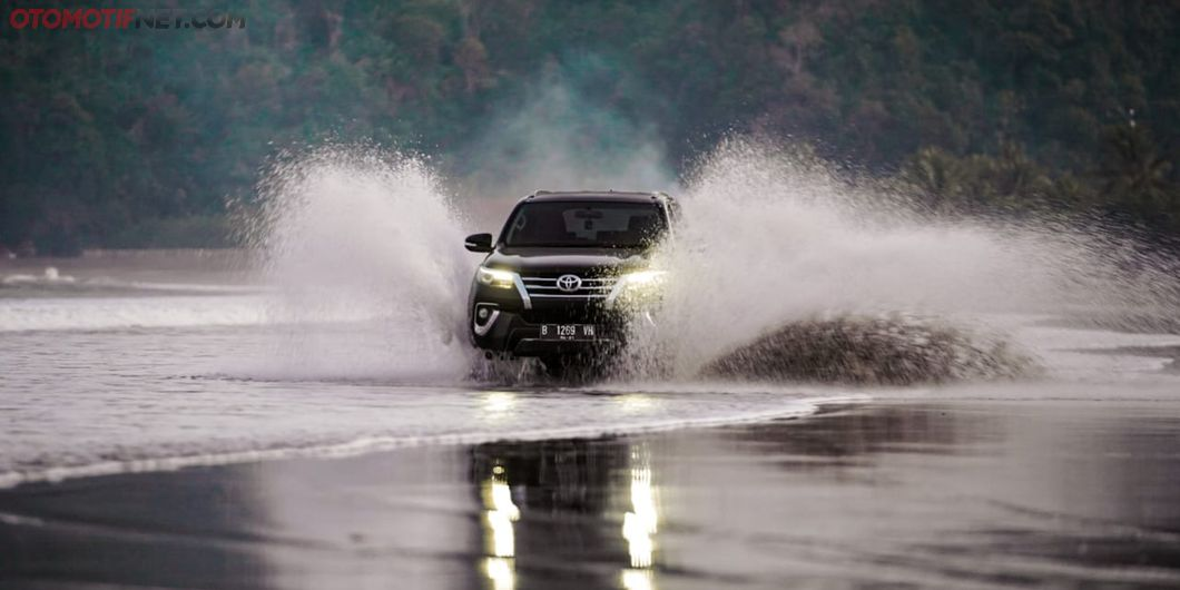 Toyota Fortuner Hidden Beach, Melibas Ombak di Pesisir Pantai
