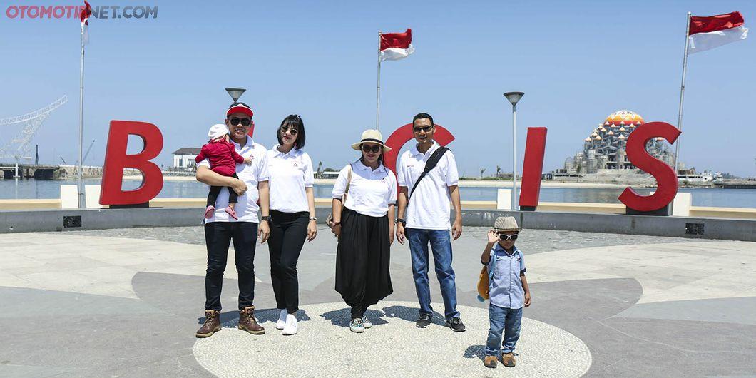 Dua pasang keluarga peserta XploreXpander Makassar. Photo: Gugum Gumilar
