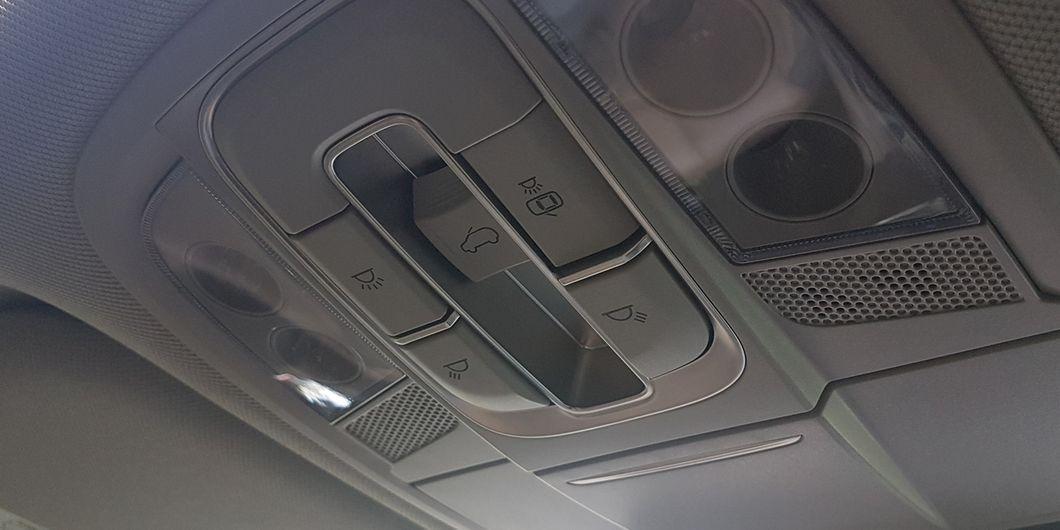 Tombol pengaturan sunroof di Hyundai Santa Fe XG 2.4