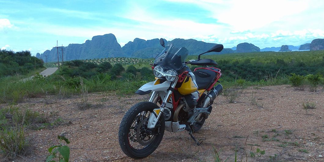 Moto Guzzi V85TT dengan latar belakang Samet Nangshe, distrik Takua Thung Phuket Thailand