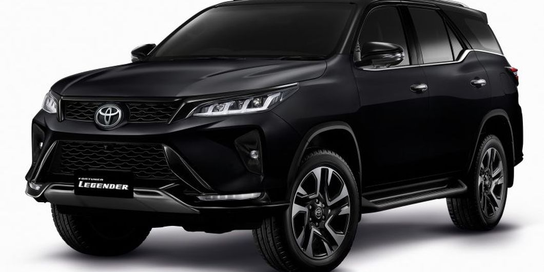 Toyota New Fortuner Legender warna hitam