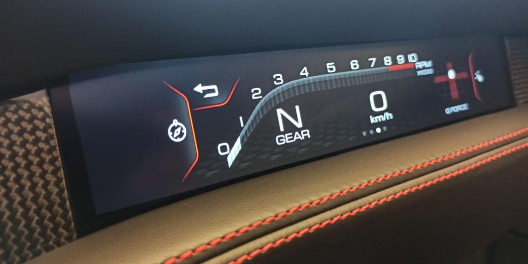 Layar di depan penumpang Ferrari F8 Spider beri banyak informasi