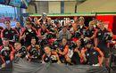 Pembalap MotoGP Ini Bagi-bagi Helm Bikinan Indonesia Ke Mekaniknya, Segini Harga Helmnya