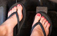 street manners: bukan soal nyaman, ini bahayanya mengemudi pakai sandal jepit!