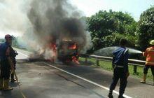 mobil boks bersama ribuan sosis dilahap kobaran api, beruntung sopir bisa selamatkan diri