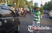 unik! polisi cepek di surabaya atur lalu lintas pakai jersey 90 klub sepak bola
