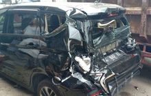 bodi belakang mitsubishi xpander mendem  dan toyota kijang rusak tertabrak truk pengangkut aspal