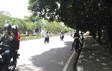 street manners: adem sih, tapi berteduh di jalan saat naik motor ternyata melanggar hukum