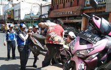 parkir sembarangan, belasan motor diangkut ke mapolres garut, menurut undang-undang dendanya segini
