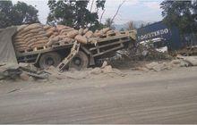 truk semen tabrak truk kontainer tiga kali sampai masuk sawah, sopir truk semen kabur, ternyata ini penyebabnya
