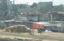 kasihan! mobil land rover warga australia terperosok di proyek underpass kentungan sleman, yogyakarta