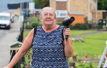 unik! seorang nenek pakai 'senjata' ini agar kendaraan enggak ngebut di depan rumahnya