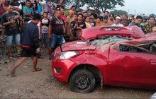 sopir kurang hati-hati, datsun go tersambar dan terseret kereta api, empat orang tewas