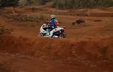 video honda pcx 150 nekat melawan takdir, libas jalur motocross!