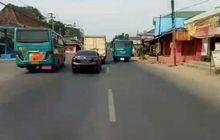 video kejar-kejaran ala 'fast and furious', dua bus di banjarnegara bikin pemotor kecelakaan tabrak gerobak