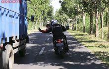 Awas Bahaya! Begini Cara Benar Mendahului Kendaraan Besar Saat Sedang Bermotor : Street Manners