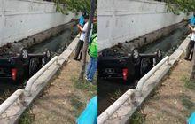 Toyota Avanza Pasrah Mandi di Parit, Posisi Kaki di Kepala, Kepala di Kaki. Sudah Sering Terjadi, Kok Bisa?