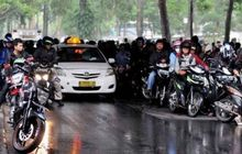 Bikers Wajib Tahu, Musim Hujan Jangan Neduh di Bawah Flyover, Bisa Kena Denda Hingga Kurungan Penjara