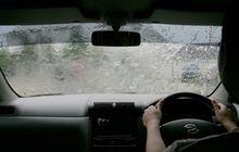 Sering Bikin Kesel, Ini Penyebab Kaca Mobil Suka Berembun Saat Hujan