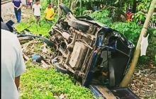 Hancur Berantakan, Suzuki Carry Tergeletak Tak Berdaya Isinya Satu Keluarga Tertabrak Kereta