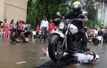 Demi Rekor Dunia, Pria Ini Rela Digilas Motor 'Hampir-Davidson' Ratusan Kali, Selamat atau Malah Lewat?