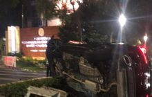 Lexus RX 300 Pelat RFS Terguling di Senayan, Awalnya Dipacu Kencang, Gagal Hindari Penyekatan