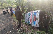 Ambulans Suzuki APV Mendarat di Kebun Karet, Posisi Bikin Gardan dan Kopel Kena Intip