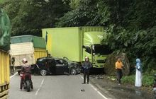 Toyota Calya Remuk Wajah, Coba Nyalip Kendaraan Tapi Gagal, Disambut Truk Dari Depan