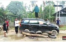 Jalan Rusak Emak-emak Bertindak, Bersama Warga Sandra Mobil Plat Merah, Hampir Digulingkan