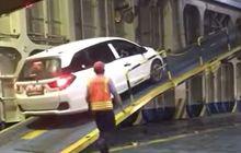 Honda Mobilio Kewalahan di Ramp Door Kapal, Bengkel Spesialis Sarankan Nanjak Mundur