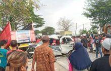 Seperti Kena Ledakan Bom, Kabin Toyota Avanza Hancur Lebur di Indramayu