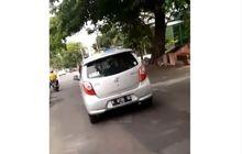 Toyota Agya Bergoyang, Wanita Gugup Saat Kepergok, Sang Pria Langsung Tancap Gas