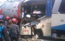 Ringsek Sejadi-jadinya, Bus Hajar Mobil Berakhir Nempel di Truk Tangki