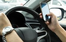 Tertangkap ETLE Main Handphone Saat Nyetir, Hukumannya Bisa Bikin Mewek