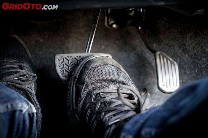 Ilustrasi menginjak pedal rem mobil transmisi matik