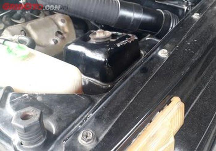 Tulang bagian depan pada mobil tua yang masih asli atau belum pernah tabrakan