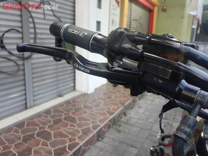 Master rem, handgrip dan setang tracker kece basis Yamaha Xabre pakai RCB