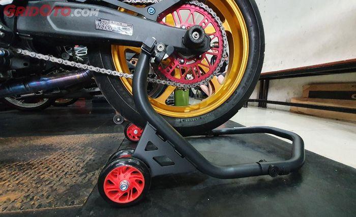 Ilustrasi penggunaan standar paddock di motor tipe sport
