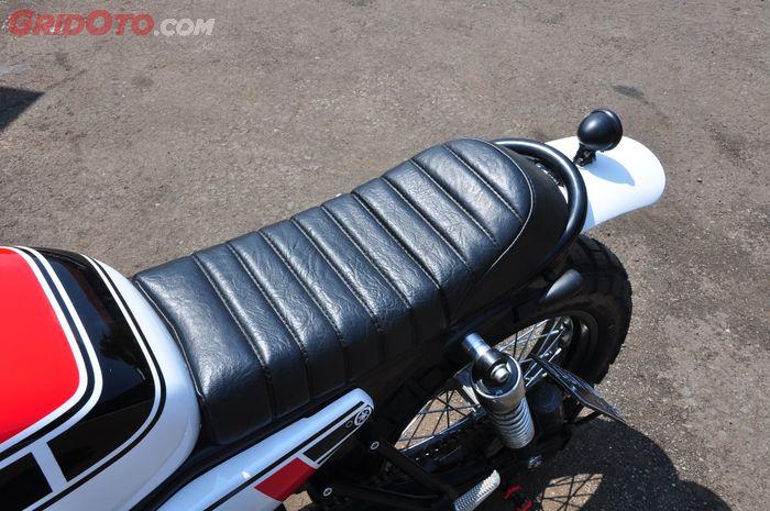 Jok custom dilapis kulit sistentis dengan kontur klasik, pas buat MT-25 bergaya scrambler ini
