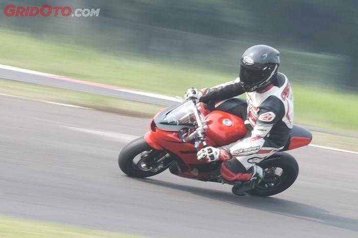 Belum lama launching, Alrasyid Indo Racing tantang awak media jajal motor balap MiniGP 'karya anak bangsa' Alrasyid SND AP10 di sirkuit Sentul Kecil.