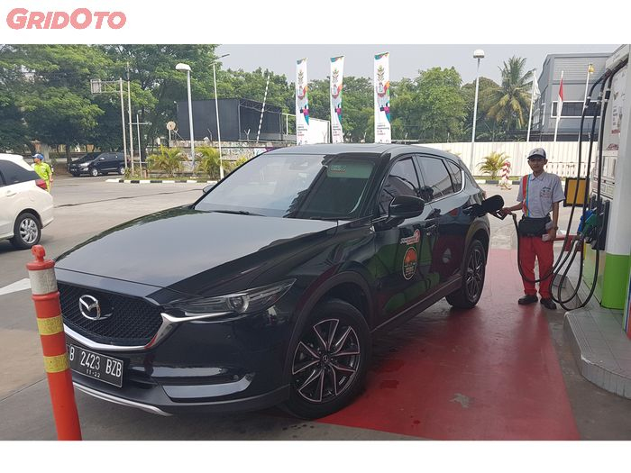 Mazda CX-5 Elite mengisi Pertamax Turbo saat event Holiday Fun Drive 2018