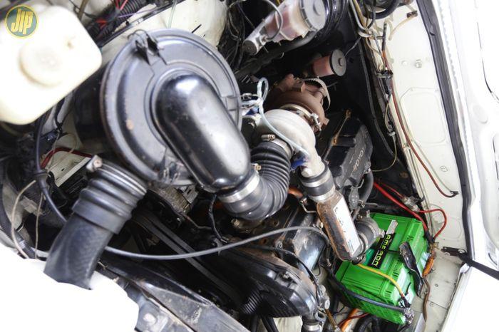 Mesin diesel 2LT ini diboyong berikut girboks untuk menggantikan sumber tenaga Trooper.